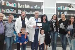 La farmacia Stanzione premiata dalle mamme della scuola Collodi: 'grazie per lo stereo'