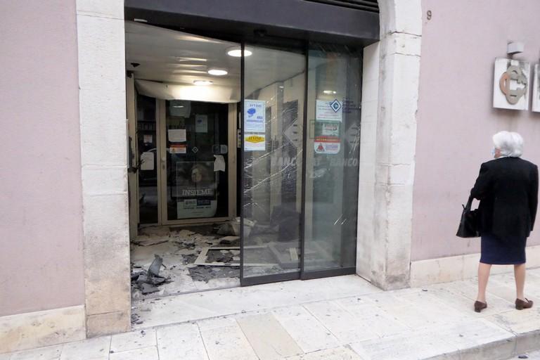 Fanno esplodere un bancomat a Modugno, ma fuggono alla vista dei carabinieri