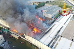 L'incendio alla EcoGreen Planet sulla SS96 tra Modugno e Palo