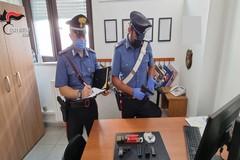 Modugno, gira con una pistola e tenta di nascondere l'arma ai carabinieri: arrestato
