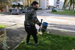 """Modugno, ripulisce le aiuole dai rifiuti: """"Piccolo gesto per migliorare la città"""""""