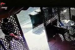 Evade dai domiciliari e distrugge il bar della sorella a Modugno, arrestato