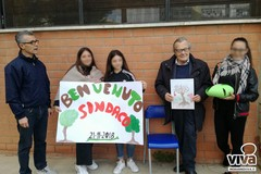 Festa dell'albero, i ragazzi della scuola Gandhi regalano pensieri al sindaco ambientalista