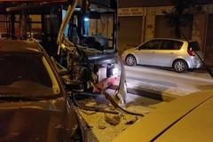 Incidente a Modugno, autobus Amtab finisce contro le auto in sosta