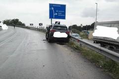 Auto sbanda e finisce contro il guard-rail, tre feriti a Modugno