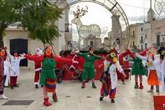 Gli elfi e Babbo Natale in giro per le vie di Modugno a consegnare regali