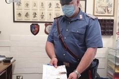 Lancia la droga dall'auto alla vista dei carabinieri, denunciato