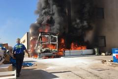 Modugno brucia, in fiamme una vecchia fabbrica e rifiuti