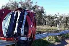 Fuoristrada sulla Modugno-Carbonara, auto finisce sul guard-rail