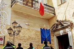 Modugno ricorda le vittime di Covid: bandiera a mezz'asta e minuto di silenzio
