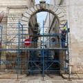 Al via (dopo due anni) i lavori di restauro dell'arco di via Cavour