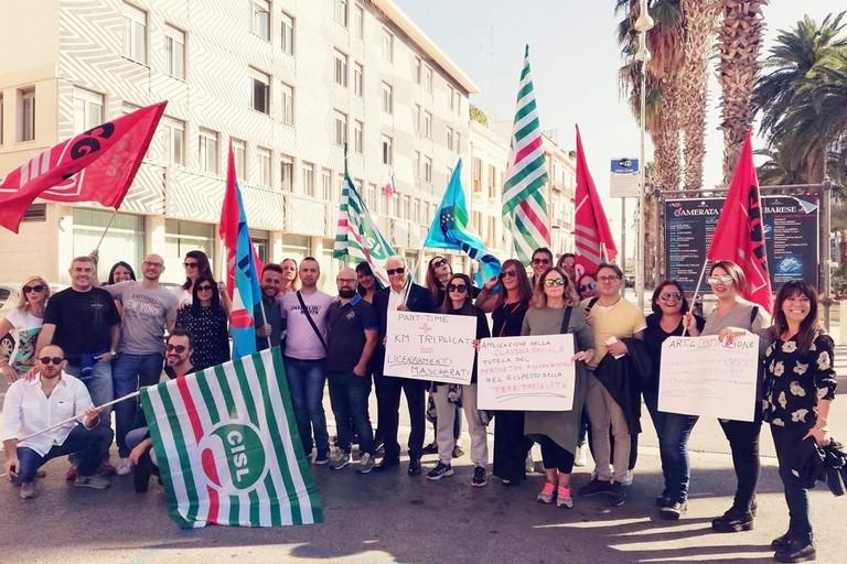 Il sit-in Transcom in piazza Prefettura a Bari. <span>Foto Pagina Facebook Uilcom Bari Puglia</span>