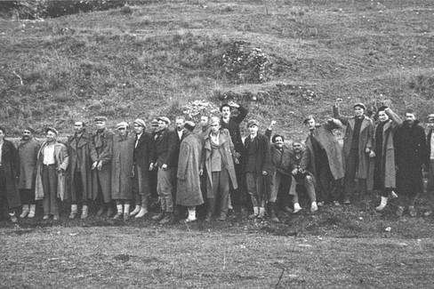 Gli ostaggi in attesa della scarica del plotone di esecuzione italiano
