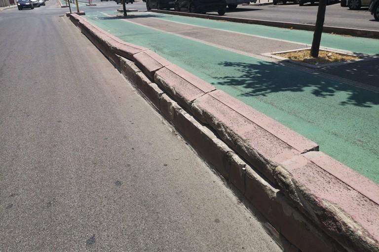 Il cordolo che stato sistemato. <span>Foto Gruppo Facebook Decoro Urbano M5S Modugno</span>