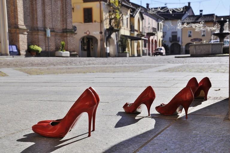 Le scarpe rosse simbolo contro la violenza sulle donne